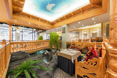 MOSCOW/RUSSIA - 2014年12月 豪华餐馆乌兹别克人烹调-在一个东方样式的Babay俱乐部的内部 桌n 库存图片