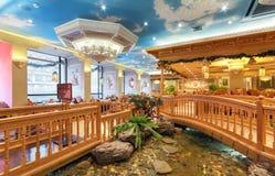 MOSCOW/RUSSIA - 2014年12月 豪华餐馆乌兹别克人烹调-在一个东方样式的Babay俱乐部的内部 池塘和 库存照片