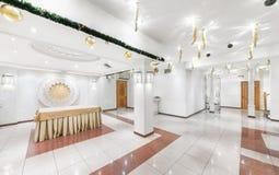 MOSCOW/RUSSIA - 2014年12月 豪华餐馆乌兹别克人烹调-在一个东方样式的Babay俱乐部的内部 白色bal 库存照片