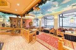MOSCOW/RUSSIA - 2014年12月 豪华餐馆乌兹别克人烹调-在一个东方样式的Babay俱乐部的内部 库存照片