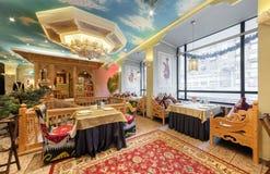 MOSCOW/RUSSIA - 2014年12月 豪华餐馆乌兹别克人烹调-在一个东方样式的Babay俱乐部的内部 免版税库存照片