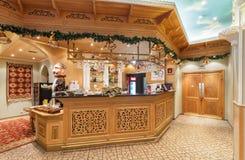 MOSCOW/RUSSIA - DECEMBER 2014 Inre av den lyx- restaurangen av uzbekisk kokkonst - Babay klubba i en orientalisk stil Wooden Royaltyfria Bilder