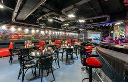 MOSCOW/RUSSIA - DECEMBER 2014 Inre modern kafé-klubba Royaltyfri Bild