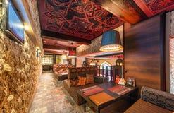 MOSCOW/RUSSIA - DECEMBER 2014 Restaurangens inre - UNIVERSITETSOMRÅDE i öst, arabisk stil Royaltyfri Foto