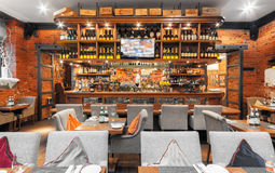 MOSCOW/RUSSIA - DECEMBER 2014 Trästången i en lyxig italiensk restaurang - il FORNO Arkivfoto