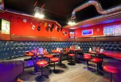 MOSCOW/RUSSIA - DICIEMBRE DE 2014 Café-club moderno interior Imagen de archivo libre de regalías