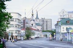 moscow russia En av den gamla centrala gatan royaltyfria bilder