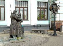 moscow russia En sikt av ett monument`-avsked av slav`en om den vitryska stationen royaltyfri bild