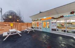 MOSCOW/RUSSIA - ENERO DE 2014 Abra los alimentos de preparación rápida del café de la terraza - bocadillos de GlowSubs El restaur Foto de archivo