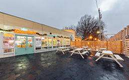 MOSCOW/RUSSIA - ENERO DE 2014 Abra los alimentos de preparación rápida del café de la terraza - bocadillos de GlowSubs El restaur Imágenes de archivo libres de regalías