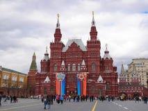 moscow russia Folket som går nära det statliga historiska museet SHM, dekorerade med emblem i heder av Victory Day On Red Square royaltyfri foto