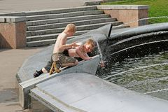 Children playing with water in fountain in the Sokolniki Park Stock Photography