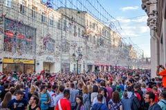 moscow russia Juni 18, 2018 En folkmassa av folk och fotboll f Arkivbild