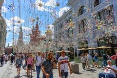 moscow russia Juni 20, 2018:: Folket går i den Nikolskaya gatan - fot- gata i mitten av Moskva Royaltyfri Bild