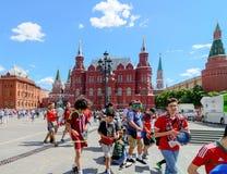 moscow russia Juni 20, 2018: Fotbollsfan av världscupen 2018 har gyckel nära den röda fyrkanten Royaltyfri Fotografi