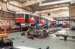 MOSCOW/RUSSIA - JUNI, 2014; Onderhoud van tram Tatra T3A in workshop Het depot van de Krasnopresnenskayatram, Strogino royalty-vrije stock fotografie