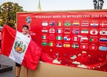 moscow russia Juni 18, 2018 Pojken är en tonåring med a per Arkivfoton