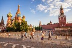 moscow russia Juni 18, 2018 Turister och fotbollsfan går Royaltyfri Bild
