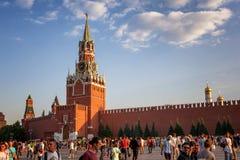 moscow russia Juni 18, 2018 Turister och fotbollsfan går Royaltyfri Fotografi