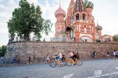 moscow russia Juni 18, 2018 Turistritten cyklar längs rött Royaltyfri Fotografi