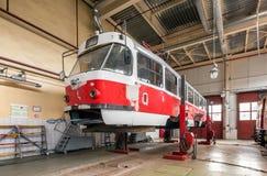 MOSCOW/RUSSIA - JUNI, 2014; Underhåll av spårvagnen Tatra T3A i seminarium Krasnopresnenskaya spårvagnbussgarage, Strogino Arkivbilder