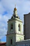 moscow russia Klockstapel av templet av halshuggningen av John The Baptist Royaltyfri Bild