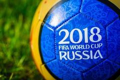 moscow russia Maj 01, 2018 Souvenirboll med emblemet av den FIFA världscupen 2018 i Moskva Arkivfoto