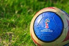moscow russia Maj 01, 2018 Souvenirboll med emblemet av den FIFA världscupen 2018 i Moskva Arkivbild