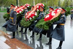 MOSCOW, RUSSIA - MAY 08, 2017: The Honor Guard of the 154 Preobrazhensky Regiment in the infantry uniform laying flowers to the To. Mb of Unknown soldier and Stock Images