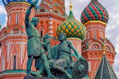 moscow russia Pozharsky och Minin brons monumentet på den röda fyrkanten St-basilikadomkyrka på bakgrund arkivfoto