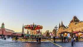 moscow russia röd fyrkant Sikt av de senat- och Nikolskaya tornen, GUMMI, Gummi-mässan och karuseller på jul och det nya året arkivfoton
