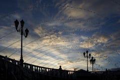 moscow russia Sikten från fyrkanten i himlen med moln till och med välvda strålar av vatten från springbrunnarna, synlig gatali Arkivfoton