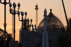 moscow russia VDNH Utställningmitten ` För paviljong`-utrymme på återställandet på solnedgången Royaltyfri Bild