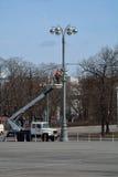 MOSCOW/RUSSIAN federacja - KWIECIEŃ 13 2015: mężczyzna jest instalować Zdjęcia Royalty Free