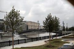 moscow Ryssland Juli 10, 2018 Floden går på Moskvafloden 100f 2 8 28 för kameraafton f för 301 ai velvia för sommar för nikon s f arkivbilder
