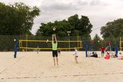 moscow Ryssland 12 juni 2019 isolerad volleybollwhite f?r bakgrund strand Folket spelar volleyboll på sanden i staden parkerar royaltyfria bilder