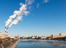 Cityscape av den Moscow floden Royaltyfri Fotografi
