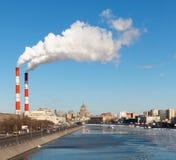 Cityscape av den Moscow floden Arkivbild