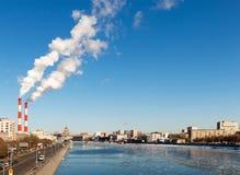 Cityscape av den Moscow floden Royaltyfria Bilder