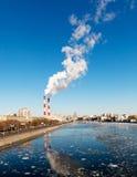 Cityscape av den Moscow floden Royaltyfri Foto