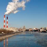 Cityscape av den Moscow floden Arkivfoton