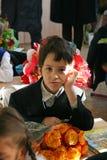 Pojke på den första kursen i klassrumet Fotografering för Bildbyråer