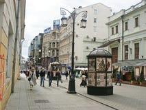 Moscow landmark - den gammala Arbat gatan Arkivfoto