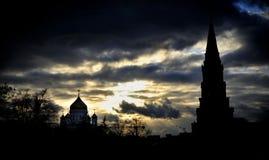 Moscow& x27; s Christus de de Verlosserkathedraal en toren van het Kremlin in Zonsondergang wordt gesilhouetteerd die stock afbeeldingen