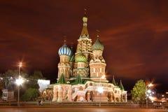 Moscow scenisk sikt för St-basilikadomkyrka på natten Arkivbilder