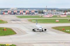 Flygbussen A320 förbereder sig för take-av i Sheremetyevo Arkivbilder