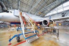 Reparera flygbussen Aeroflot i hangar Royaltyfri Foto