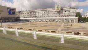 moscow Springbrunnen på ingången till universitetet för kamratskap för folk` s stock video