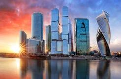 Moscow stad, Ryssland Internationell affärsmitt för Moskva på solnedgången royaltyfri bild