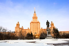 Moscow statlig Lomonosov universitetar i Moscow i vinteraftonen Arkivfoton